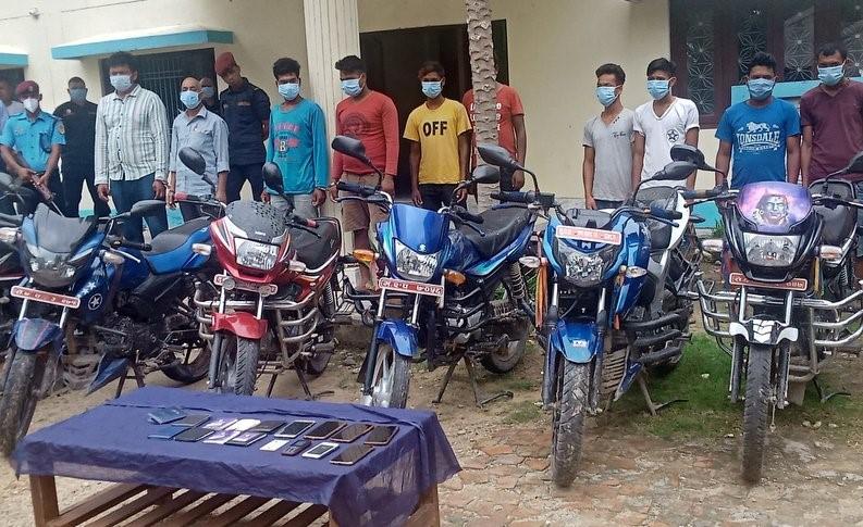 ब्लु बुक बनाई चोरीका मोटरसाइकल बेच्ने गिरोह  पक्राउ