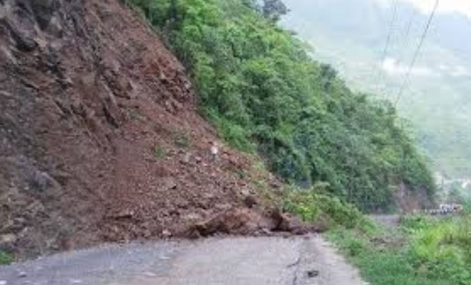 लगातार वर्षाका कारण पर्वत–बागलुङ सडकखण्ड अवरुद्ध