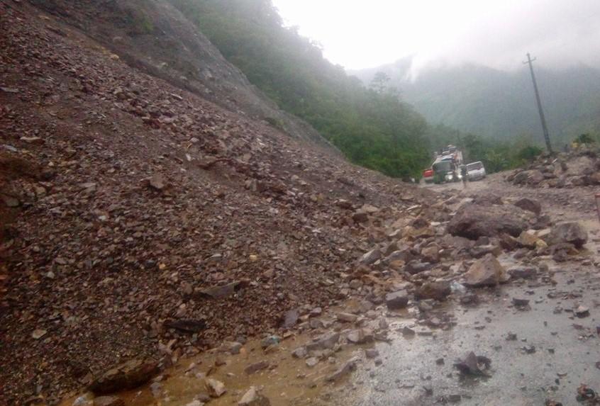 लगातार वर्षाका कारणले पहिरो आएर नारायणगढ–मुग्लिन सडक पुन अबरुद्ध