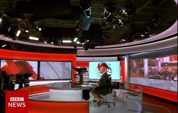 किन बीबीसीका पुरुष एंकरले कट्टु लगाएर भने समाचार