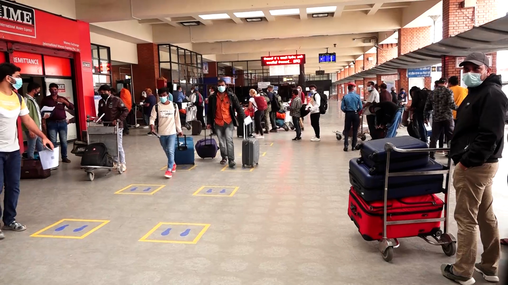 त्रिभुवन अन्तर्राष्ट्रिय विमानस्थलमा नेपाल छाड्नेहरुको भीड