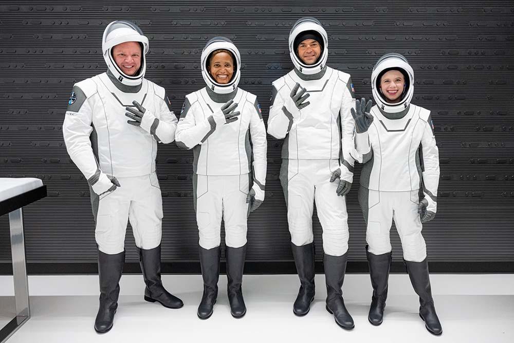 चारजना एमोच्योर्ड अन्तरीक्षयात्री स्पेस-एक्स रकेट कम्पनीको क्याप्सुलमार्फत आज अन्तरीक्षतर्फ प्रस्थान